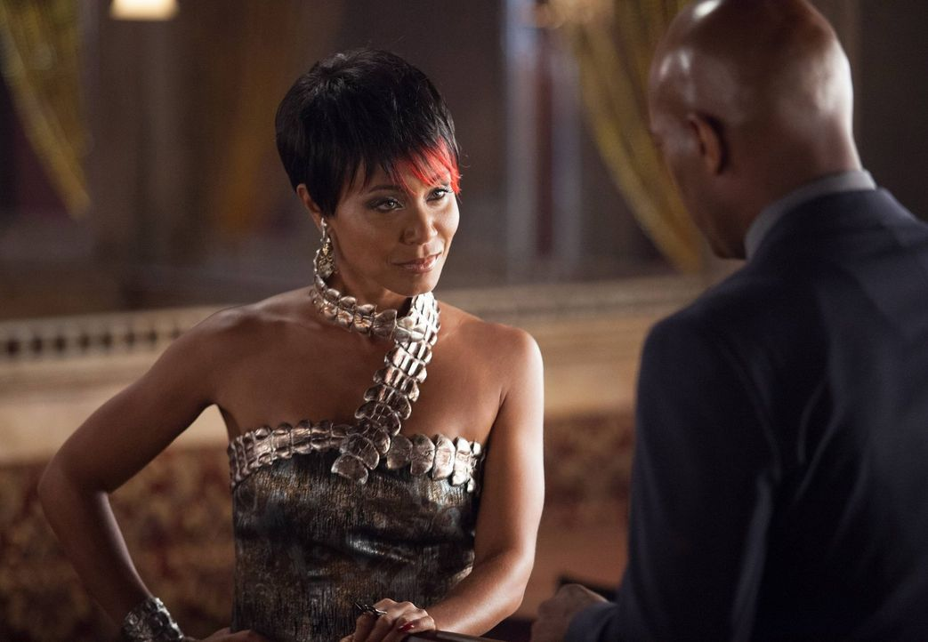 "Crispus Allen (Andrew Stewart-Jones, r.) und Renee Montoya erfahren von Fish Mooney (Jada Pinkett Smith, l.), dass James Gordon angeblich Oswald ""Pe... - Bildquelle: Warner Bros. Entertainment, Inc."