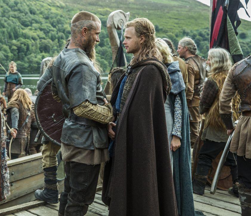 Kann sich Ragnar (Travis Fimmel, l.) wirklich auf die Loyalität von Erlendur (Edvin Endre, l.) wirklich verlassen? Gemeinsam wollen sie Paris erober... - Bildquelle: 2015 TM PRODUCTIONS LIMITED / T5 VIKINGS III PRODUCTIONS INC. ALL RIGHTS RESERVED.