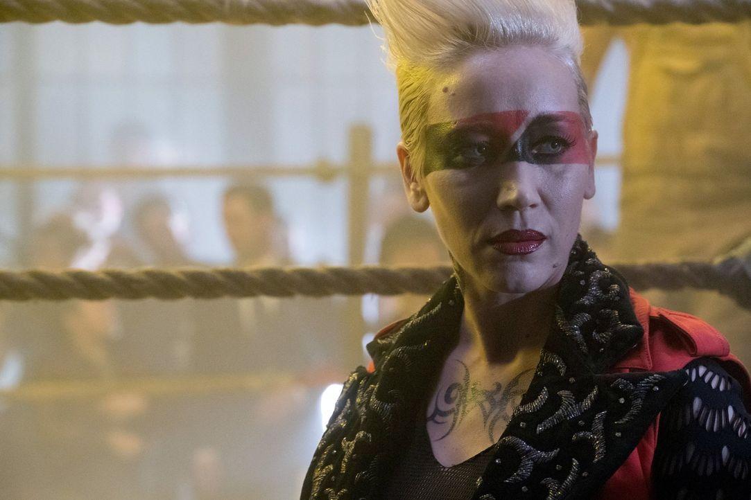 Wird Cherry (Marina Benedict), die Besitzerin eines Fight-Clubs, Edward dabei helfen, an dringend benötigtes Geld zu kommen? - Bildquelle: 2017 Warner Bros.