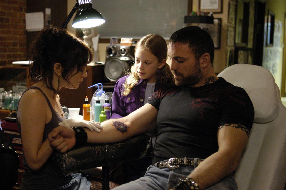 April (Natasha Gregson Wagner, l.) zeigt Maia (Conchita Campbell, M.) an Billy (Noah Danby, r.) die Kunst des Tätowieren ... - Bildquelle: Viacom Productions Inc.