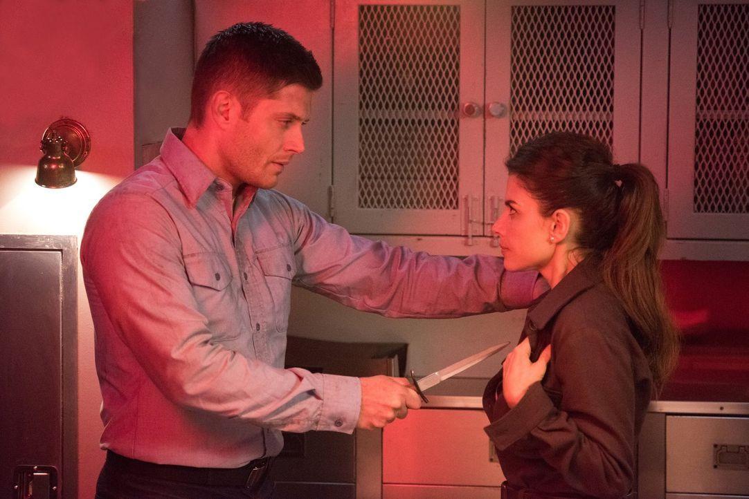 Dean (Jensen Ackles, l.) reist in die Vergangenheit, um an eine Waffe zu kommen, die möglicherweise Amara töten könnte. Doch die angebliche französi... - Bildquelle: 2014 Warner Brothers