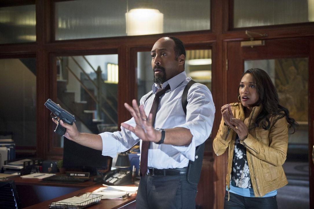Tockman alias The Clock King hat Joe (Jesse L. Martin, l.) und Iris (Candice Patton, r.) als Geiseln genommen. Während Iris ist sich sicher, dass Th... - Bildquelle: Warner Brothers.