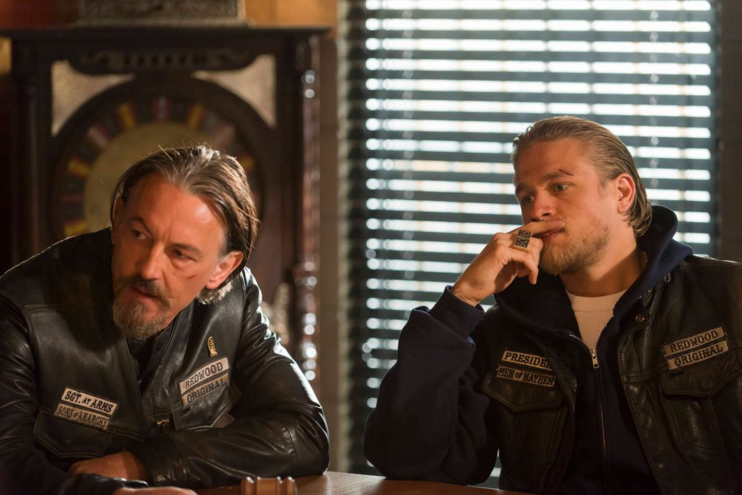 Jax (Charlie Hunnam, r.) weiß, dass er sich auf Chibs (Tommy Flanagan, l.) verlassen kann ... - Bildquelle: 2012 Twentieth Century Fox Film Corporation and Bluebush Productions, LLC. All rights reserved.