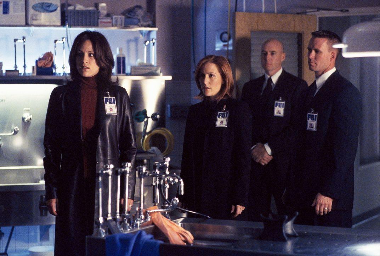 Reyes (Annabeth Gish, l.) erreicht ein anonymer Hinweis auf einen mysteriösen Todesfall. Als Scully (Gillian Anderson, 2.v.li.) eine Autopsie durchf... - Bildquelle: TM +   Twentieth Century Fox Film Corporation. All Rights Reserved.
