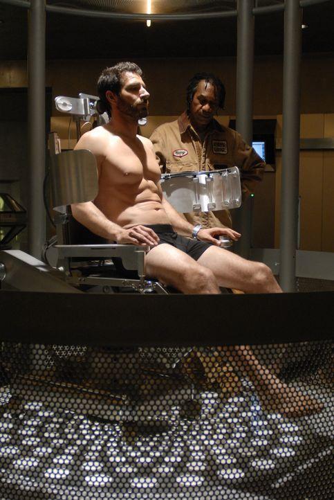 Nathan Stark (Ed Quinn, l.) wird von Henry (Joe Morton, r.) untersucht. Obwohl er ebenfalls verstahlt ist, kann er im letzten Augenblick noch gerett... - Bildquelle: Universal Television