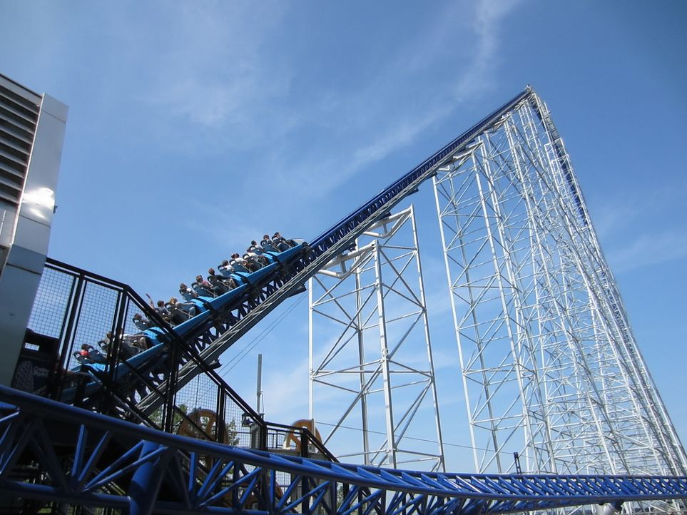 "Welche der wahnsinnigsten und haarsträubendsten Achterbahnen der USA macht das Rennen? Die ""Cedar Point's Millennium Force""? - Bildquelle: 2012, The Travel Channel, L.L.C. All rights Reserved."