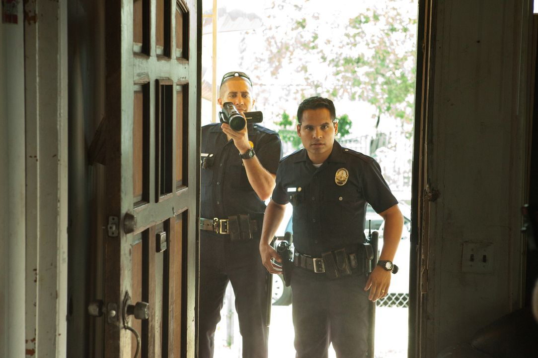 Ihr Alltag ist ein mörderischer Wahnsinn: Officer Brian Taylor (Jake Gyllenhaal, l.) und Officer Mike Zavala (Michael Pena, r.) ... - Bildquelle: Scott Garfield 2011 Sole Productions, LLC. All rights reserved.