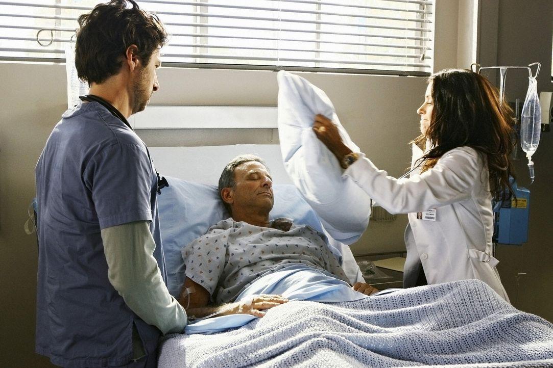 Nicht nur J.D. (Zach Braff, l.), sondern auch die anderen Ärzte suchen nach einer Lösung, wie sie Dr. Maddox (Courteney Cox, r.) loswerden können ..... - Bildquelle: Touchstone Television