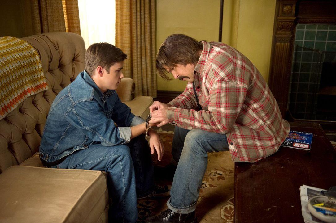 Nachdem Dean (Dylan Everett, l.) Essen geklaut und sich erwischen hat lassen, wird er von der Polizei in die Obhut von Sonny (Blake Gibbons, r.) und... - Bildquelle: 2013 Warner Brothers