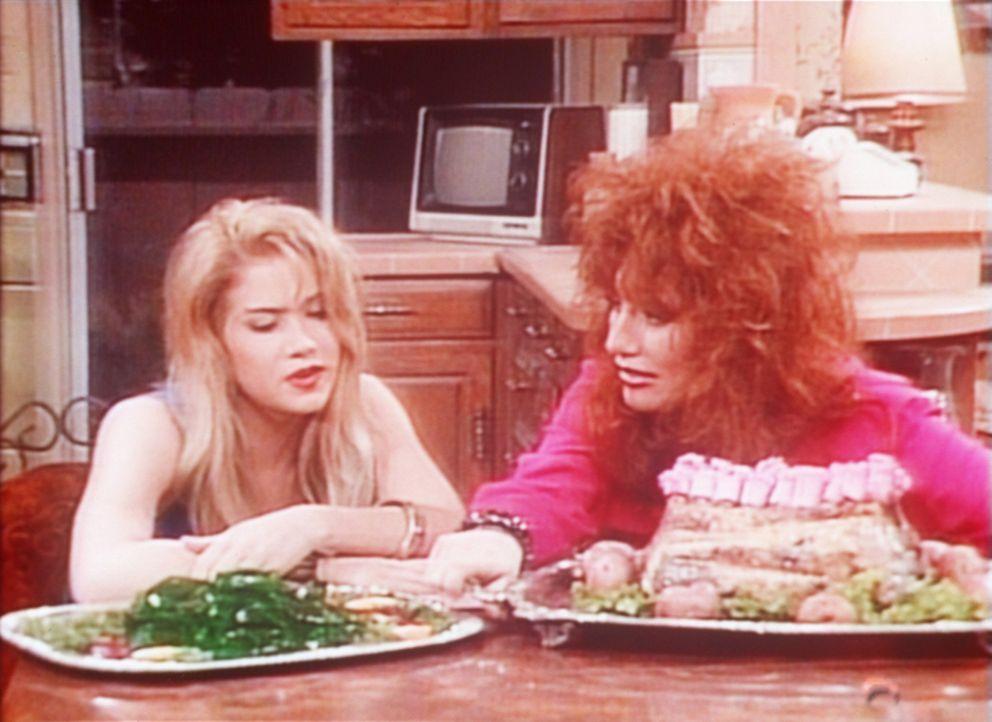 Kelly (Christina Applegate, l.) und Peggy (Katey Sagal, r.) sind am Ende: Wackelpudding und Lammschultern zuzubereiten, ist gar nicht einfach. - Bildquelle: Sony Pictures Television International. All Rights Reserved.