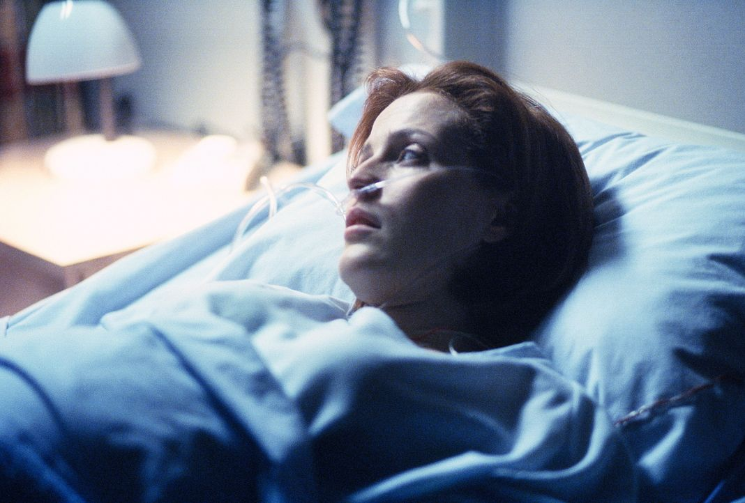 Scully (Gillian Anderson) liegt wegen Komplikationen im Krankenhaus. - Bildquelle: TM +   2000 Twentieth Century Fox Film Corporation. All Rights Reserved.