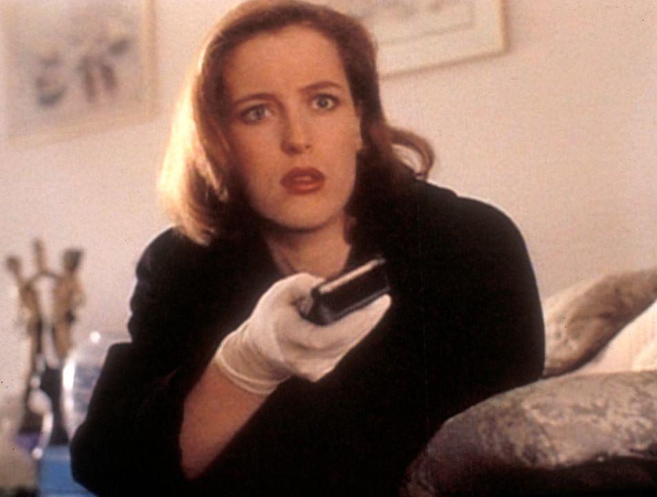 Schockiert sieht sich Scully (Gillian Anderson) Videoaufzeichnungen an, die offenbar wahnsinnige Mörder kurz vor ihrer Tat gemacht haben. - Bildquelle: TM +   Twentieth Century Fox Film Corporation. All Rights Reserved.