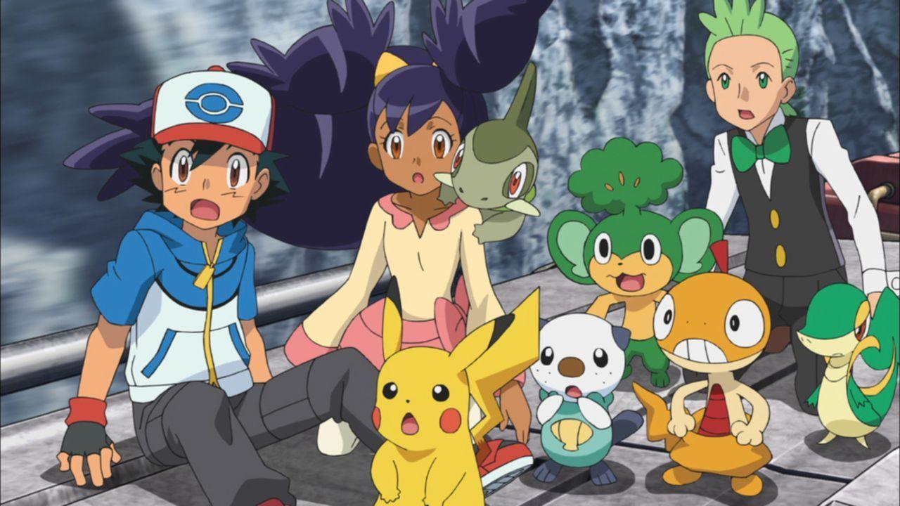 Auf ihrer Fahrt mit dem Zug werden Ash (l.), Iris (M.), Cilan (r.) und ihre Pokémon plötzlich angegriffen ... - Bildquelle: 2014 Pokémon.   1997-2014 Nintendo, Creatures, GAME FREAK, TV Tokyo, ShoPro, JR Kikaku. TM, ® Nintendo.