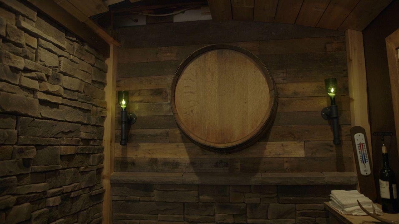 Ziemlich raffiniert: Die geheime Tür des neuen Weinkellers ist als normales Regal getarnt. So soll garantiert werden, dass der Weinkeller nur von Le... - Bildquelle: Brojects Ontario LTD 2017