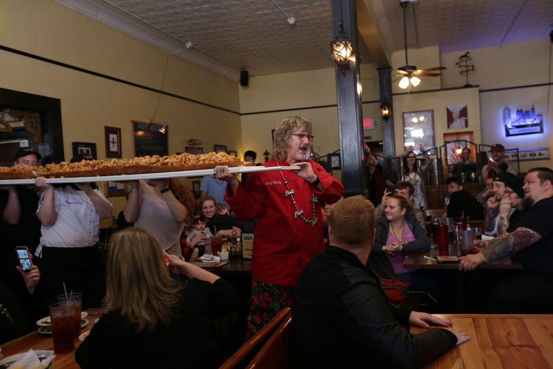 """Food-Fanatiker Josh Denny ist begeistert von Henry Chandlers (M.) """"Big Bayou Monster"""", doch was sagen die anderen Gäste? - Bildquelle: 2017,Television Food Network, G.P. All Rights Reserved."""