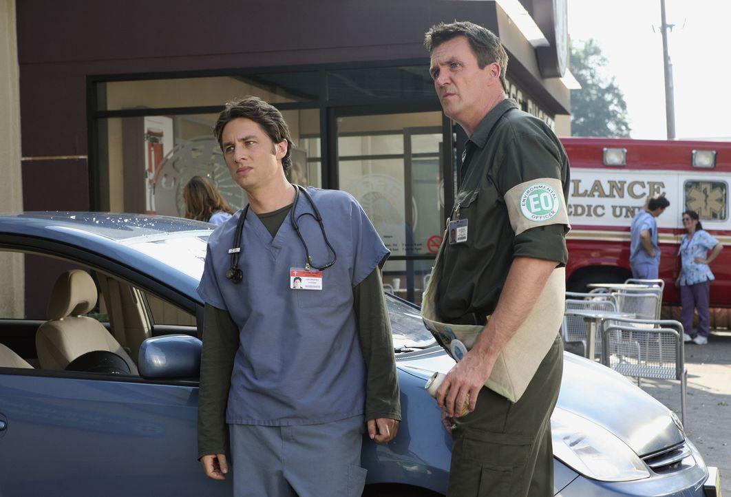 """Während J.D. (Zach Braff, l.) mit dem """"Erwachsenwerden"""" kämpft, hat der Hausmeister (Neil Flynn, r.) ganz andere Probleme: Neuerdings liegt ihm die... - Bildquelle: Touchstone Television"""
