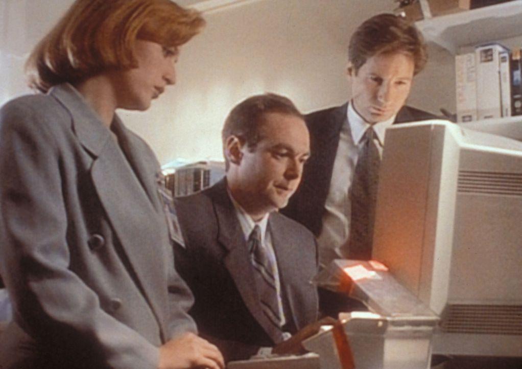 Scully (Gillian Anderson, l.) und Mulder (David Duchovny, r.) stellen mit Hilfe des Spezialisten Kazanjian (William MacDonald, M.) fest, dass der Se... - Bildquelle: TM +   2000 Twentieth Century Fox Film Corporation. All Rights Reserved.