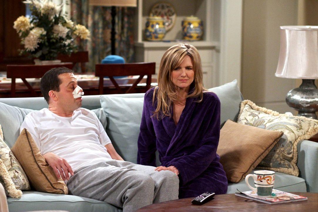 Während Zoey und ihre Tochter bei Walden wohnen, zieht Alan (Jon Cryer, l.) zu Lyndsey (Courtney Thorne-Smith, r.). Doch das Zusammenleben gestaltet... - Bildquelle: Warner Brothers Entertainment Inc.
