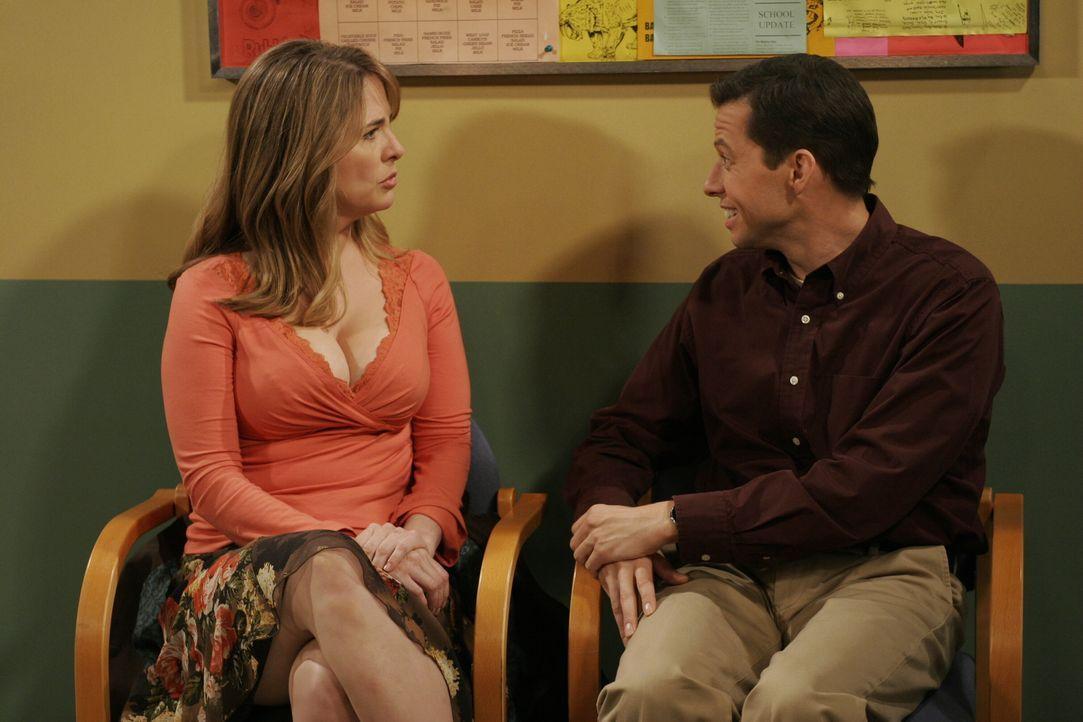 Alan (Jon Cryer, r.) geht in die Schule, um zu verhindern, dass Jake von der Schule fliegt. Dort trifft er auf Mrs. Schmidt (Stephanie Erb, l.), die... - Bildquelle: Warner Brothers Entertainment Inc.