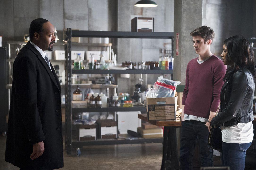 Während die Probleme auf Joe (Jesse L. Martin, l.), Barry (Grant Gustin, M.) und Iris (Candice Patton, r.) nur so hereinprasseln, entscheidet sich C... - Bildquelle: 2015 Warner Brothers.