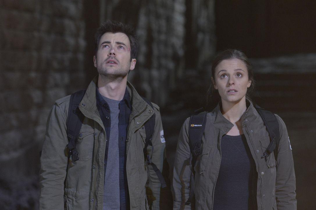 Können Kyle (Matt Long, l.) und Sarah (Jordan Hayes, r.) die Insel jemals lebend verlassen? - Bildquelle: Philippe Bosse 2014 Syfy Media, LLC