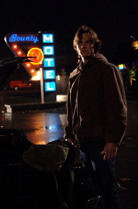 Sam (Jared Padalecki) merkt, dass er den vorherigen Tag immer wieder durchlebt und versucht, Deans Tod zu verhindern, aber es bringt nichts. Dean st... - Bildquelle: Warner Bros. Television