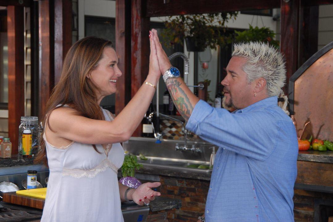 Zusammen mit einem besonderen Gast widmet sich Guy Fieri (r.) heute dem Thema Fisch Fiesta und kombiniert leckeren Fisch mit mexikanischem Stil ... - Bildquelle: 2012, Television Food Network, G.P. All Rights Reserved.