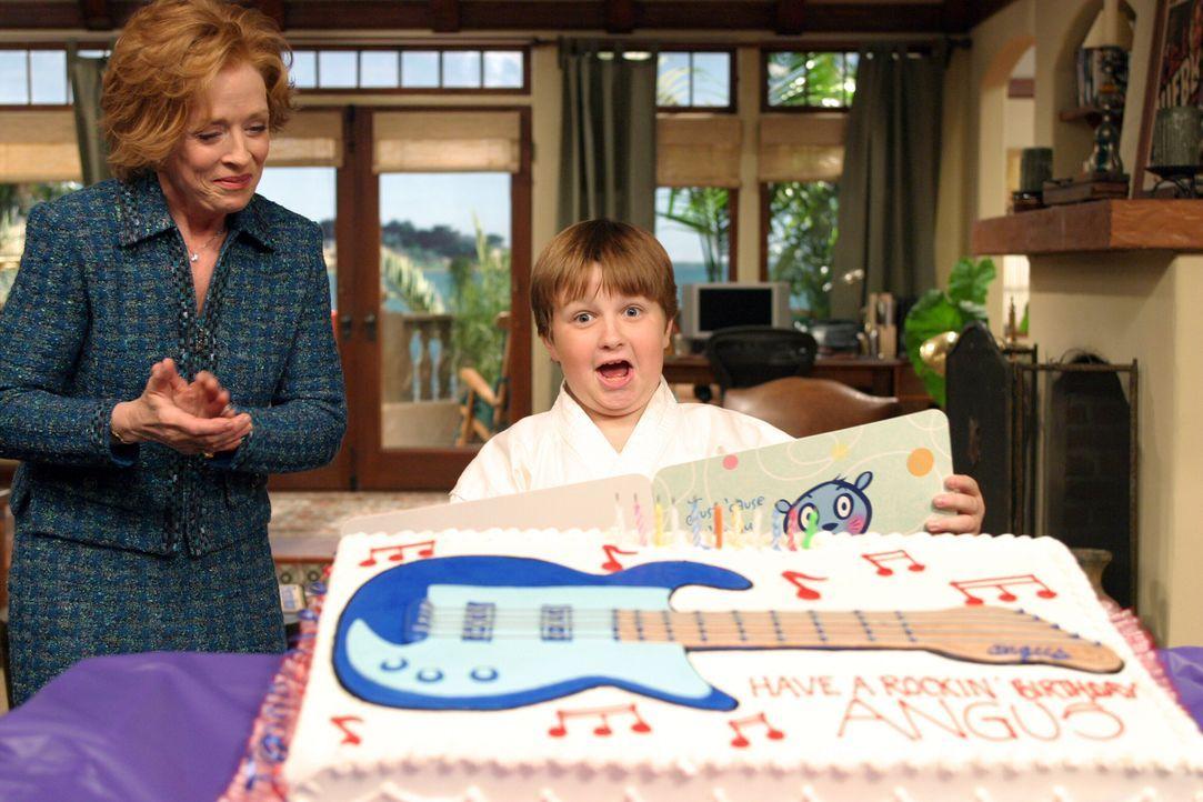 Jake (Angus T. Jones, r.) kann nicht glauben, was er von seiner Großmutter Evelyn (Holland Taylor , l.) bekommen hat … - Bildquelle: Warner Bros. Television