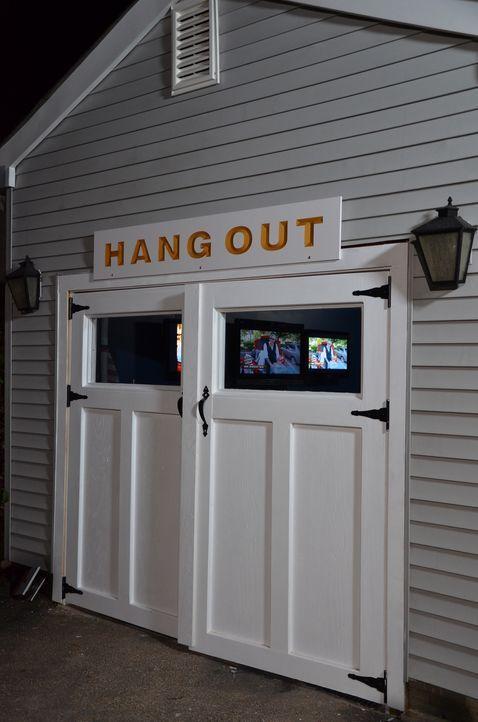Für John und seine Nachbarn haben Jason Cameron und Tony Siragusa einen eigenen Ort geschaffen. Was verbirgt sich wohl hinter den Türen? - Bildquelle: 2013, DIY Network/Scripps Networks, LLC. All Rights Reserved.