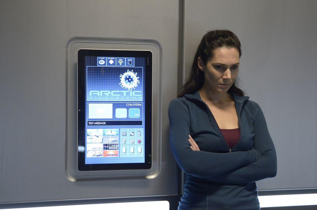 Noch ahnt Sarah (Kyra Zagorsky) nicht, auf was sie und Alan in einer verlassenen Forschungsstation mitten im Eis vorfinden ... - Bildquelle: 2014 Sony Pictures Television Inc. All Rights Reserved.
