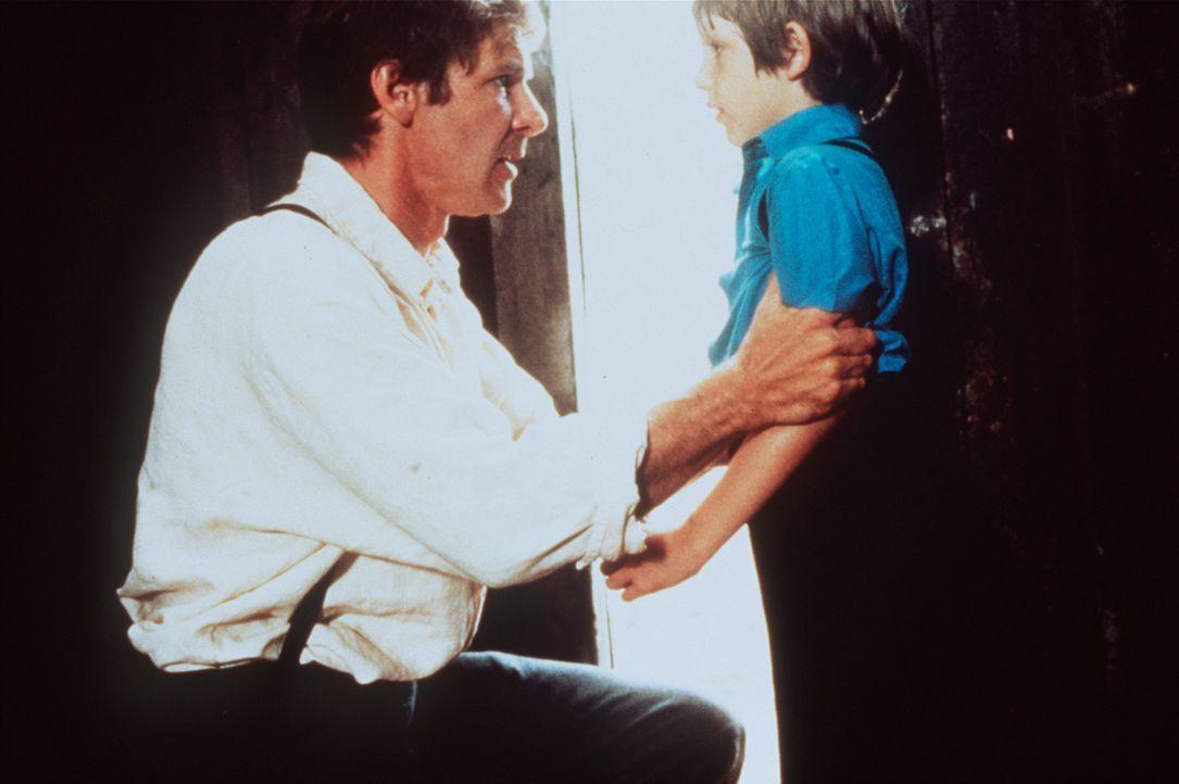 Der acht-jährige Sam (Lukas Haas, r.) ist der einzige Zeuge eines Mordes, den Polizeidetektiv John Book (Harrison Ford, r.) aufklären soll. Doch Sam... - Bildquelle: Paramount Pictures