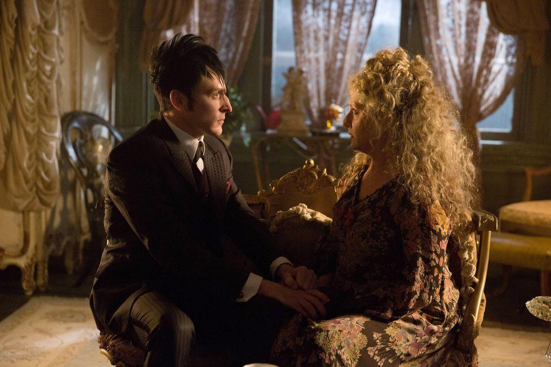 Müssen sie sich vor Maroni fürchten? Oswald (Robin Lord Taylor, l.) und Gertrude (Carol Kane, r.) ... - Bildquelle: Warner Bros. Entertainment, Inc.