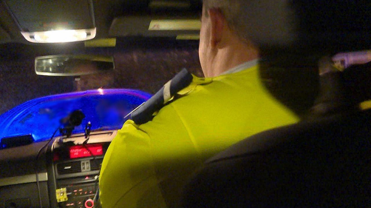 Die Polizei liest auf der Autobahn einen verwirrten Fußgänger auf. Er ist zi... - Bildquelle: Greenstone