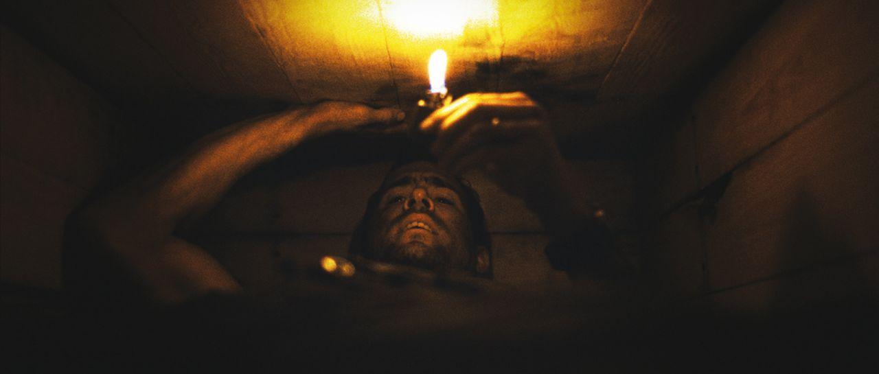 Der Amerikaner Paul Conroy (Ryan Reynolds) fährt im Irak Hilfsgüter aus, bis sein Konvoi von einer Gruppe Unbekannter überfallen wird. Als er aufwac... - Bildquelle: ASCOT ELITE Home Entertainment GmbH _Buried