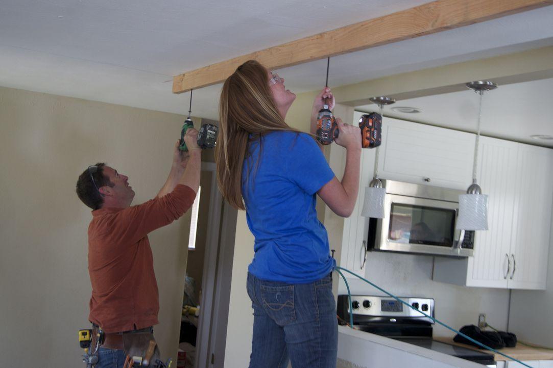 Joshs Temples (l.) Hilfe kommt wie gerufen, denn Ashley (r.) und Ryan sind mit der Renovierung ihres Wohnzimmers ziemlich überfordert ... - Bildquelle: 2012, DIY Network/Scripps Networks, LLC. All Rights Reserved.