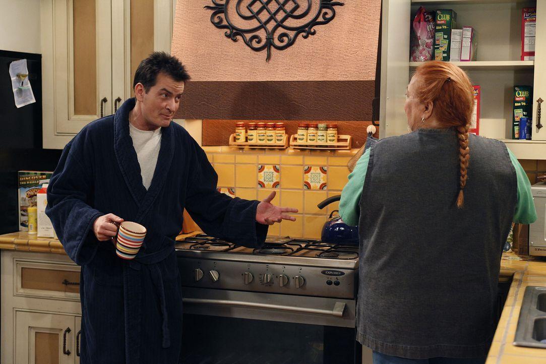 Amüsieren sich prächtig über Alan: Charlie (Charlie Sheen, l.) und Berta (Conchata Ferrell, r.) ... - Bildquelle: Warner Brothers Entertainment Inc.