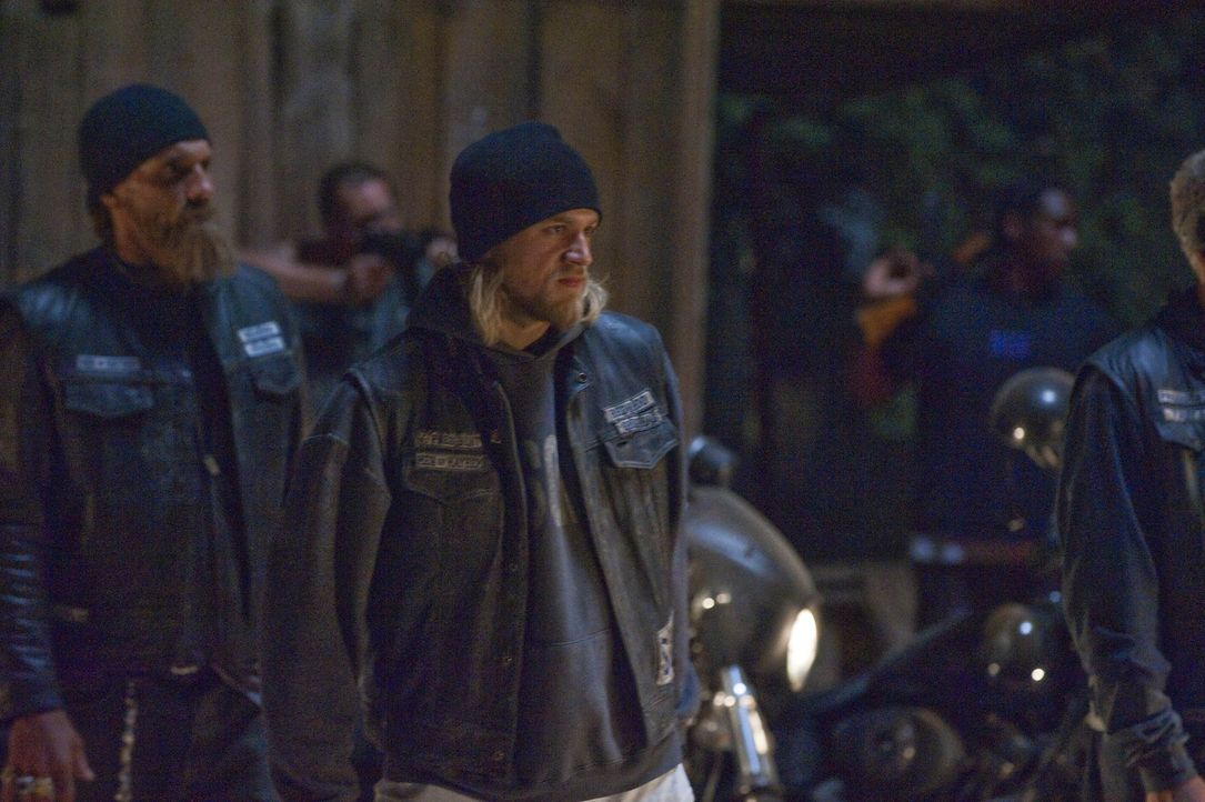 Kommt es zum großen Showdown zwischen den Sons of Anarchy und dem ATF? Jax (Charlie Hunnam, M.) und seine Leute sind auf alles vorbereitet ... - Bildquelle: 2009 Twentieth Century Fox Film Corporation and Bluebush Productions, LLC. All rights reserved.