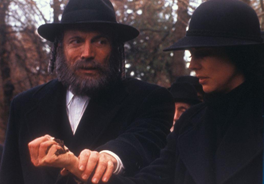 Jacob Weiss (David Groh, l.) führt seine zutiefst erschütterte Tochter Ariel (Justine Miceli, r.) zum Grab ihres ermordeten Verlobten. - Bildquelle: TM +   Twentieth Century Fox Film Corporation. All Rights Reserved.