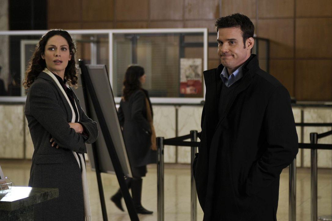 Pete (Eddie McClintock, r.) und Myka (Joanne Kelly, l.) werden vom Secret Service in Washington abgeworben, um als Helfer für Agent Artie Nielsen un... - Bildquelle: Philippe Bosse SCI FI Channel