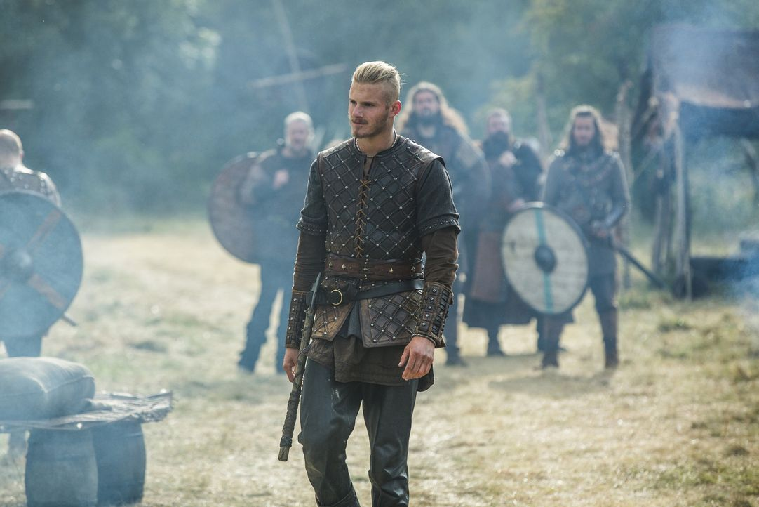 Während Paris triumphiert, müssen sich Bjorn (Alexander Ludwig) und die anderen mit einer blutigen Niederlage abfinden. Doch Ragnar weiß, dass er no... - Bildquelle: 2015 TM PRODUCTIONS LIMITED / T5 VIKINGS III PRODUCTIONS INC. ALL RIGHTS RESERVED.