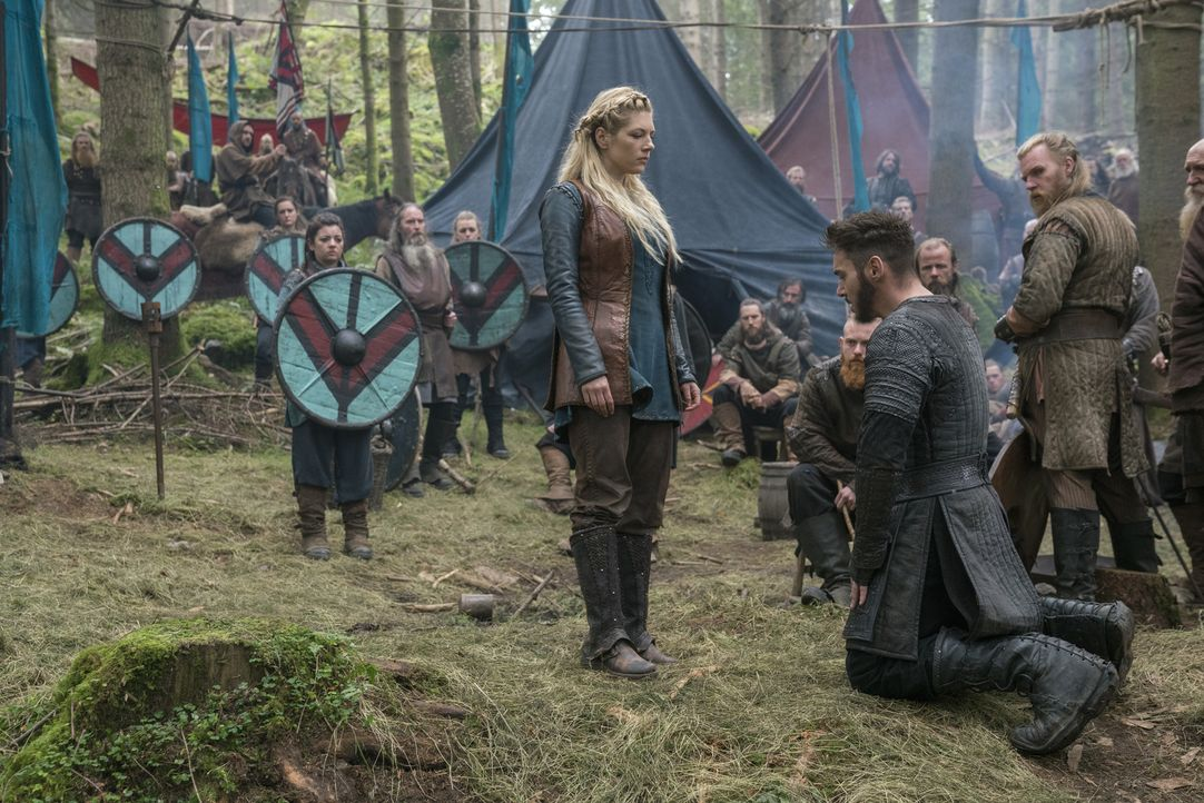 Nachdem Ivar und seine Männer die Schlacht vorerst verloren haben, ziehen sie sich zurück. Doch während Bischof Heahmund (Jonathan Rhys Meyers, vorn... - Bildquelle: 2017 TM PRODUCTIONS LIMITED / T5 VIKINGS III PRODUCTIONS INC. ALL RIGHTS RESERVED.