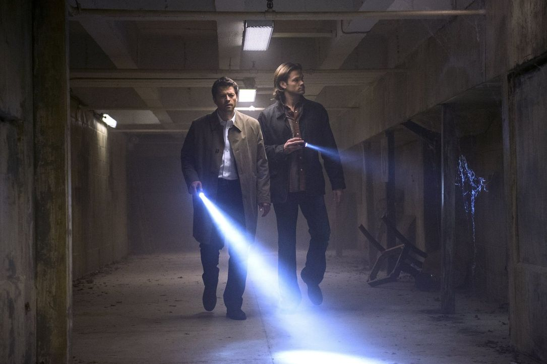 Ein Anschlag bringt Castiel (Misha Collins, l.) dazu, Sam (Jared Padalecki, r.) und Dean um Hilfe zu bitten. Doch was sie dann herausfinden, stellt... - Bildquelle: 2013 Warner Brothers