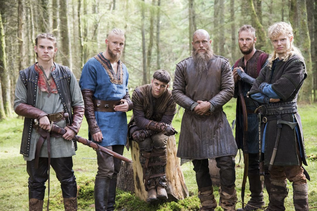 (4. Staffel) - Werden sie stets treu an Ragnar (Travis Fimmel, 3.v.r.) Seite stehen? Seine Söhne Ivar (Alex Høgh Andersen, 3.v.l.), Übbe (Jordan Pat... - Bildquelle: 2016 TM PRODUCTIONS LIMITED / T5 VIKINGS III PRODUCTIONS INC. ALL RIGHTS RESERVED.
