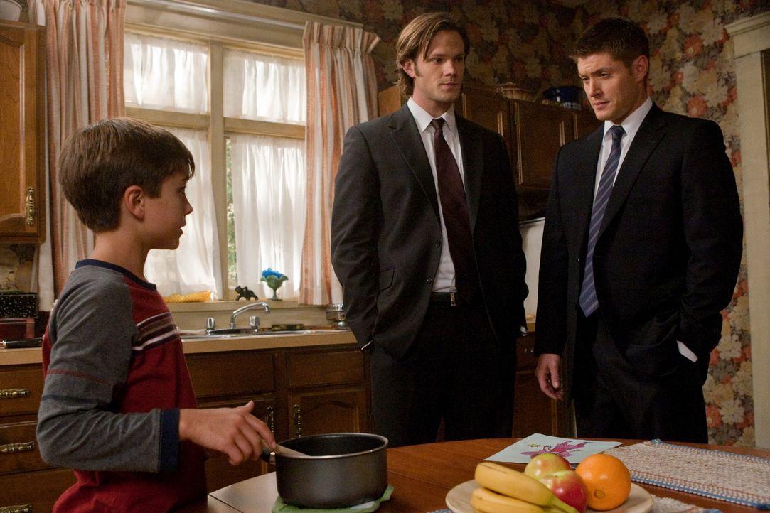 Sam (Jared Padalecki, M.) und Dean (Jensen Ackles, r.) untersuchen Berichte von Märchengestalten, die plötzlich real werden, und finden einen kleine... - Bildquelle: Warner Bros. Television