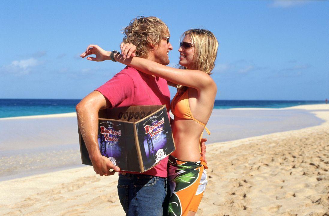Für den Surfer, Faulenzer und Kleinganoven am Oahu's North Shore, Jack (Owen Wilson, l.), ist die Welt solange in Ordnung, bis eine gertenschlanke S... - Bildquelle: Warner Bros.