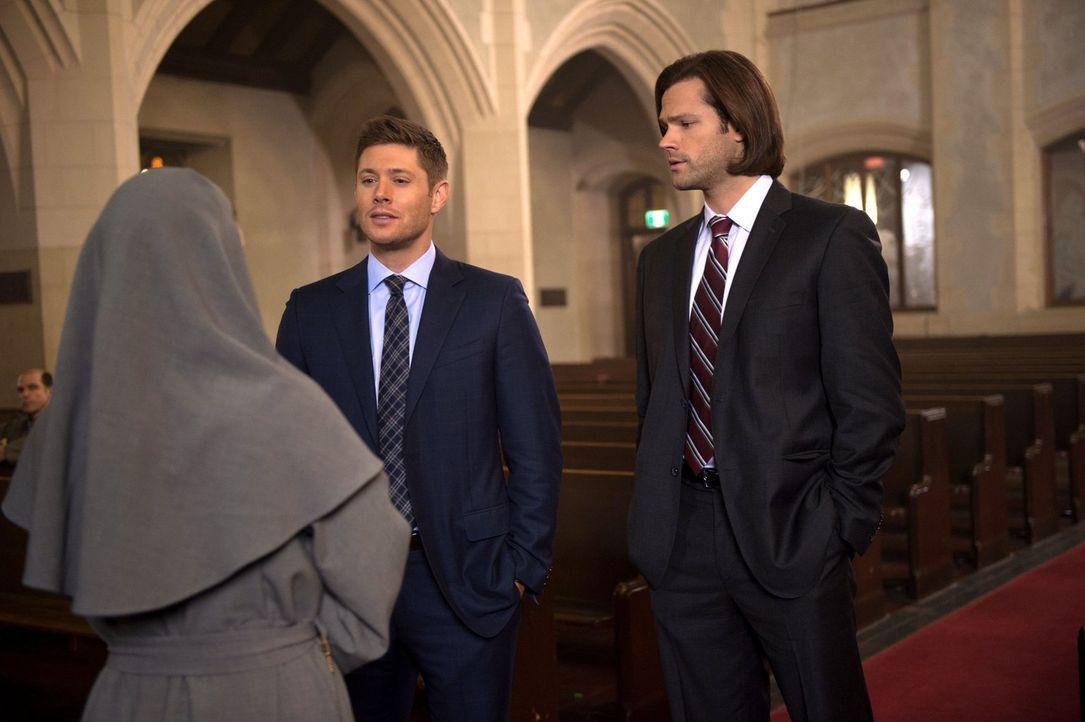 Noch ahnen Dean (Jensen Ackles, l.) und Sam (Jared Padalecki, r.) nicht, was in einer katholischen Kirche wirklich vor sich geht, bei der sich Mitgl... - Bildquelle: 2016 Warner Brothers