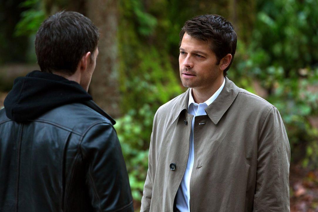 Was erhofft sich Castiel (Misha Collins, r.) von einem Treffen mit Gadreel (Tahmoh Penikett, l.)? - Bildquelle: 2013 Warner Brothers