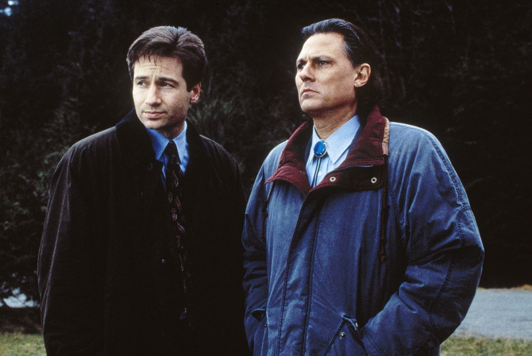 Mulder (David Duchovny, l.) versucht Sheriff Tskany (Michael Horse, r.) zu überreden, dass eine Autopsie an dem getöteten Indianer vorgenommen wird,... - Bildquelle: TM +   2000 Twentieth Century Fox Film Corporation. All Rights Reserved.