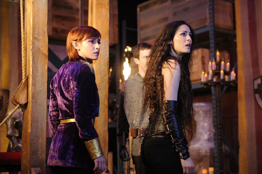 (v.l.n.r.) Claudia Donovan (Allison Scagliotti); Myka Bering (Joanne Kelly) - Bildquelle: Steve Wilkie Steve Wilkie/Syfy