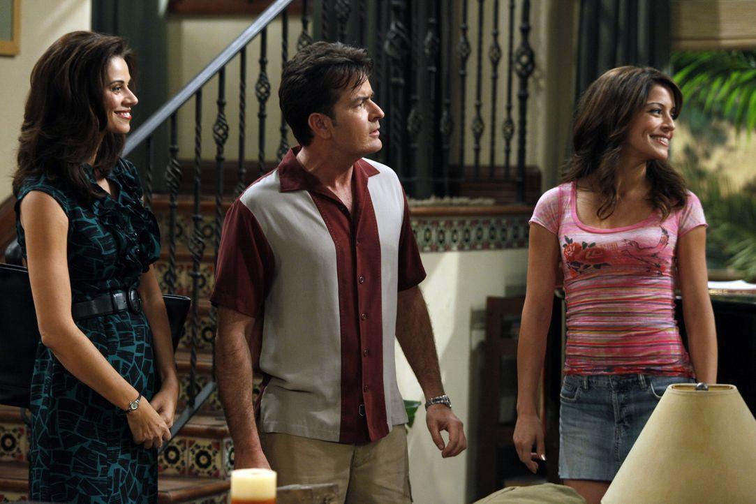 Charlie (Charlie Sheen, M.) trifft seine Ex-Verlobte Mia (Emmanuelle Vaugier, r.) wieder, die ihn offensichtlich noch liebt. Sie will Sängerin werde... - Bildquelle: Warner Bros. Television
